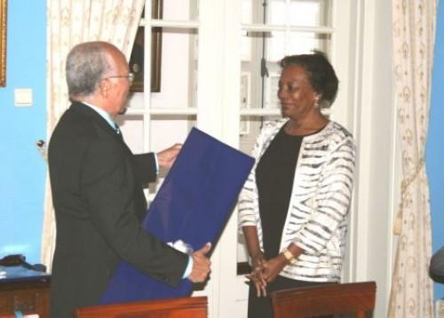 Mevr. mr. drs. B.J. Doran - Scoop overhandigt ter afscheid een cadeau aan de toenmalige Ondervoorzitter van de Raad van Advies mr. C.M. Grüning namens de Raad